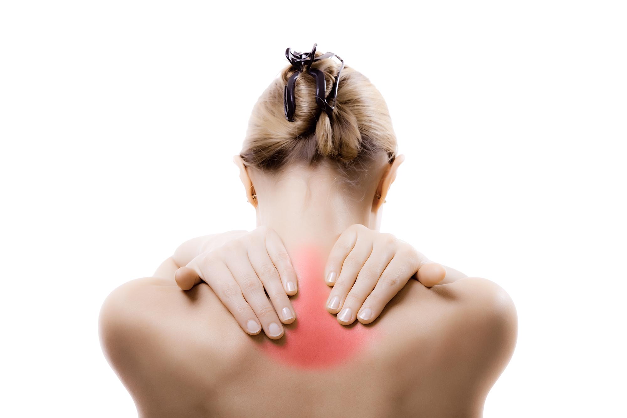 Kvinna som håller om sin smärtande nacke