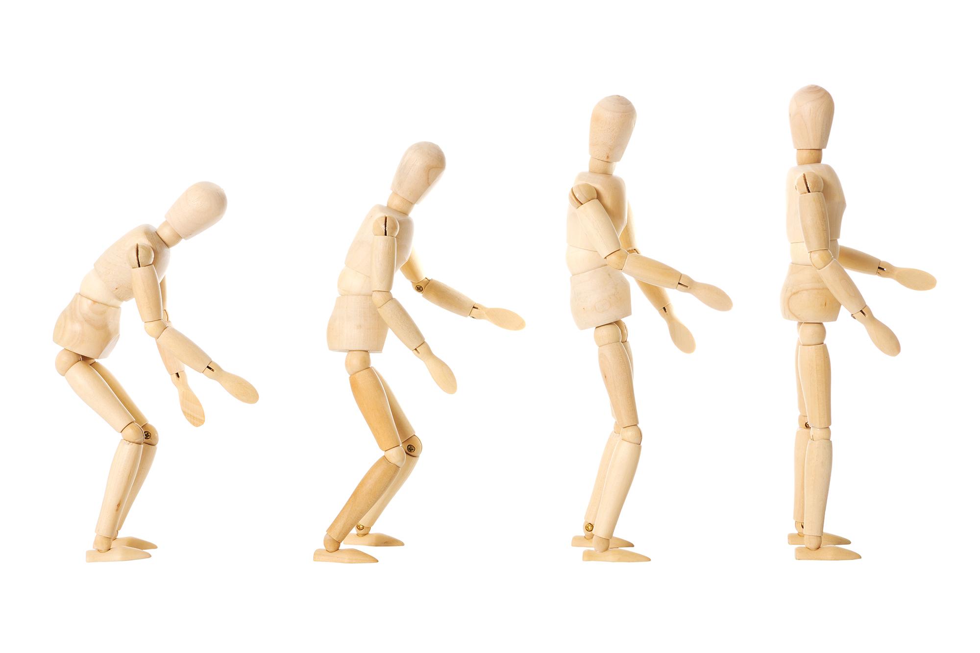 Fyra figurer som går från böjd smärtande rygg till en rak rygg